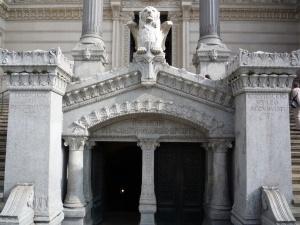 Acceso a la cripta de la basilica