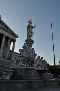 Estatua de Atenea en el Parlamento